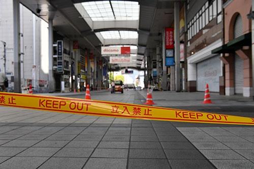 震度7の揺れの翌日、商店街のアーケードは立ち入り禁止に