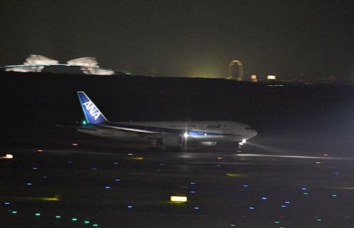 羽田を離陸するANA初の777退役機