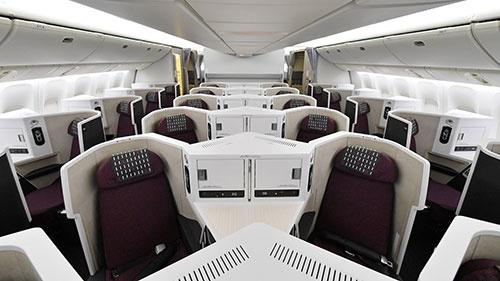 JALが投入した新ビジネスクラスの様子。日本の航空会社では初となる「ヘリンボーン配列」だ(撮影:吉川 忠行、ほかも同じ)