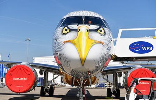 機首にイヌワシが描かれて多くの人の目を引いたエンブラエルのE195-E2