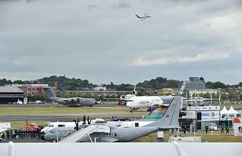 数々の航空機が姿を見せて、性能のよさなどをアピールする。だが日本勢はそっけない
