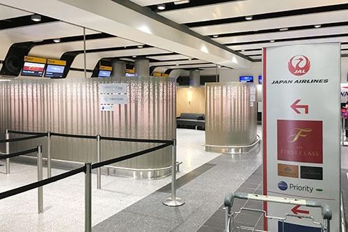 ヒースロー空港のJALファーストクラスのチェックインカウンター。モダンなデザインだ