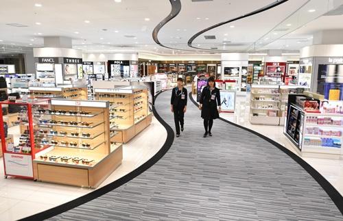 国内初導入となる関西国際空港の新LCCターミナル「第2ターミナルビル(国際線)」のウォークスルー型ショッピングエリア(写真:吉川 忠行、以下同様)