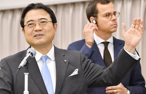 17年3月期決算を発表する関西エアポートの山谷社長(左)とムノント副社長