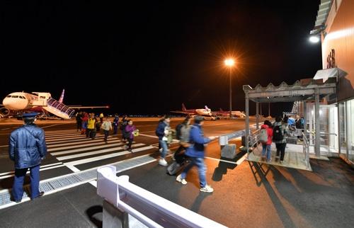 関西国際空港の新ターミナルへ向かう到着初便となったピーチ・アビエーションの香港発関空行きMM68便の乗客