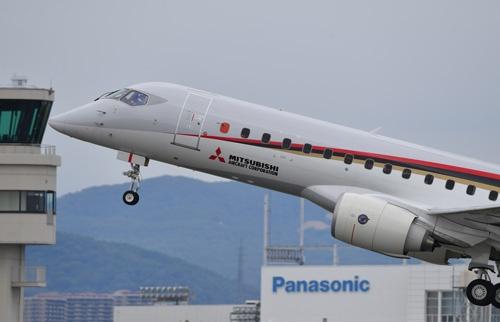 8月27日昼、新千歳空港に向けて飛び立ったMRJ。出発から約1時間後、小牧空港へ引き返してきた(撮影:吉川 忠行、ほかも同じ)