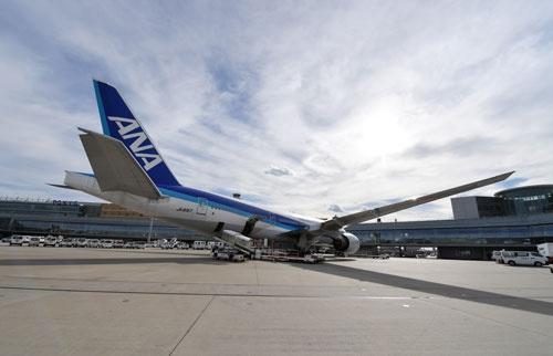 羽田空港に駐機中の777の初号機