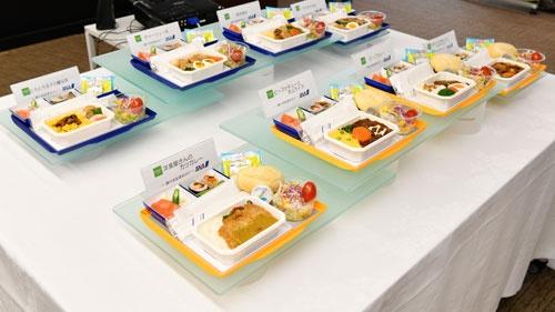ANAの試食会場に並んだ洋食と和食のメニュー