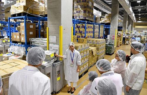 機内に搭載する酒類や食料品を補完する保税倉庫を見学する参加者