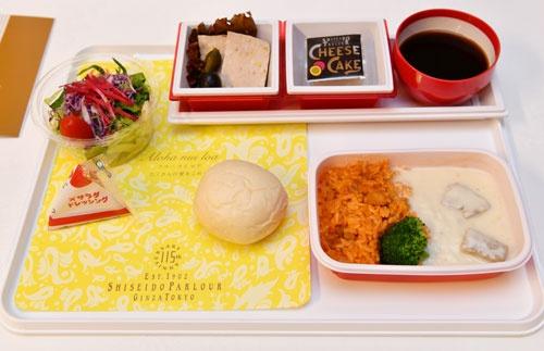 JALが国際線で提供する資生堂パーラーの機内食新メニュー「やわらかなビーフのブランケット 伝統のチキンライスを添えて」