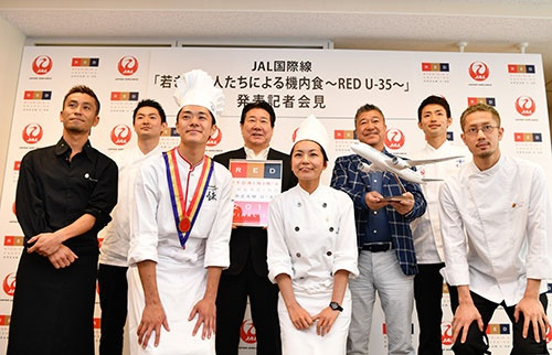 JALの国際線機内食メニューを発表する植木義晴社長と気鋭の料理人たち