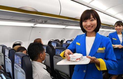 機内で販売する商品を手にする客室乗務員