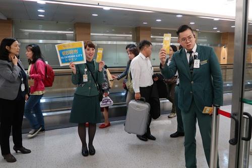 台北桃園空港で乗り継ぎを案内する係員ら。迷うことはなさそうだ