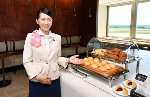 「JAL特製焼きカレーパン」などが、ラウンジで食べられる