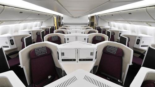 JALがホノルル線に投入するビジネスクラス。座席はV字型に、斜めに配置されている