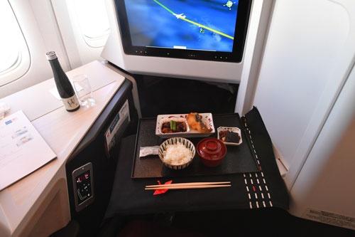 機内食が並んでも、テーブルには十分なゆとりがある