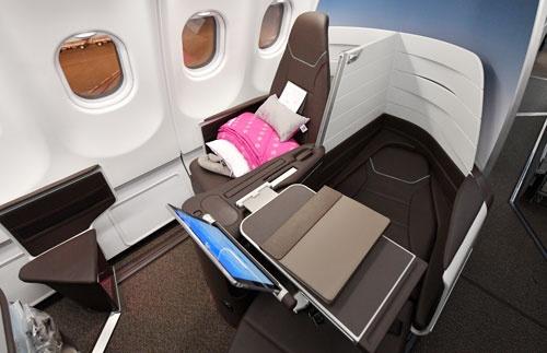 ハワイアン航空のビジネスクラスでは、隣席とも会話が可能。夫婦や親子でハワイに訪れるためだ