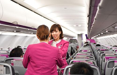 機内販売をする客室乗務員たち。深夜ではあるが食べ物や飲み物は売れていた