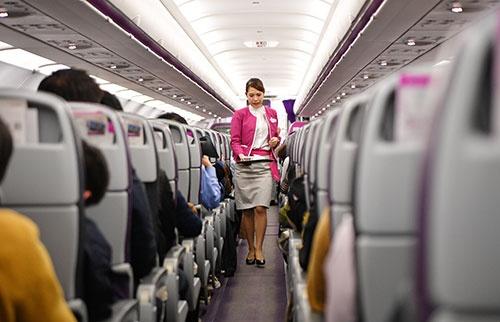 機内食を運ぶ客室乗務員