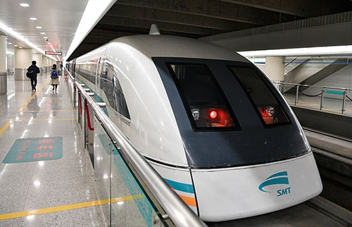 上海から市内へ、リニアモーターカーで向かった