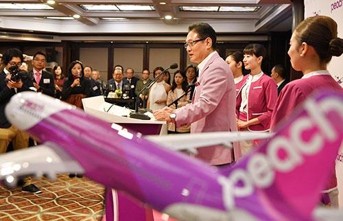 上海で開かれた式典で挨拶をするピーチの井上CEO