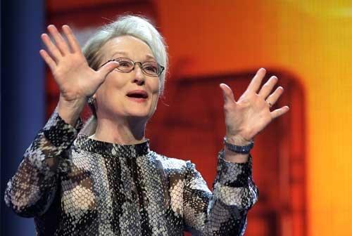 ベルリン国際映画祭の開会式前のセレモニーでスピーチしたメリル・ストリープ(写真:AP/アフロ)