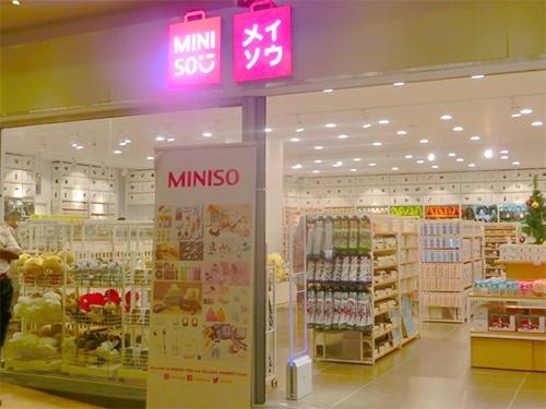 ケニアで開店した日本のファッションカジュアル雑貨ブランド「名創優品(MINISO)」の店舗。「日本ブランド」を前面に押し出している。2017年8月にアフリカに初進出し、既に南アフリカ、モロッコ、エジプト、ナイジェリア、マダガスカル、そしてケニアに店舗展開している