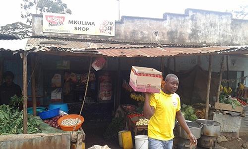 """ケニアで""""パパママショップ""""の営業にまわる日本の食品メーカーの現地スタッフ。店主に「今は新しい商品を置くスペースがないから」と断られて苦笑い"""