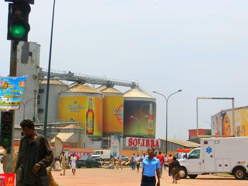 ビール工場はアフリカのどの国にもある。写真は仏カステルによるコートジボワールのビール工場(筆者撮影)