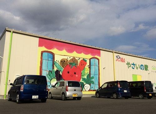 外見は倉庫のようにみえるJA東西しらかわの植物工場(福島県白河市)