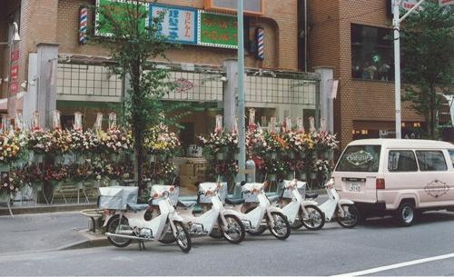 配送用のオートバイや車はピンク色を基調にした(三島屋提供)