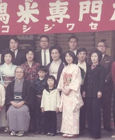 1973年。「ワ」の字の下が新保圭司郎さん、右端が妻のまさみさん、中央やや後ろで紺色の服の男の子が健介さん