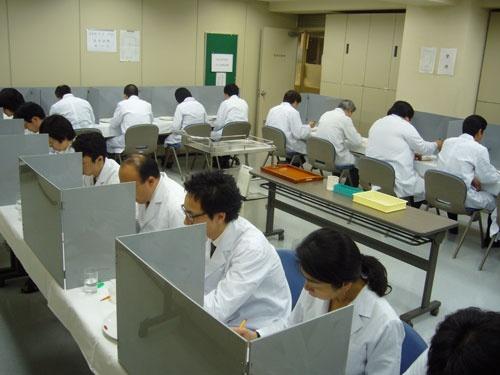 コメの食味の試験風景(東京都中央区、日本穀物検定協会提供)