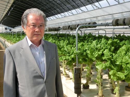 「費用対効果が大事」と話すセンコン物流の久保田晴夫社長(センコン物流が以前から稼働させていた植物工場で)