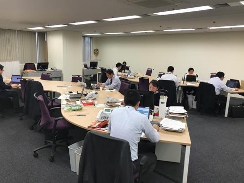 斜めに曲がっている営業開発部の机。座る場所は自由(東京・内神田のコープビル)