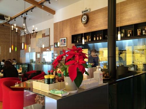 洗練された内装で行列ができる東西しらかわ農業協同組合のレストラン(福島県東白川郡棚倉町)