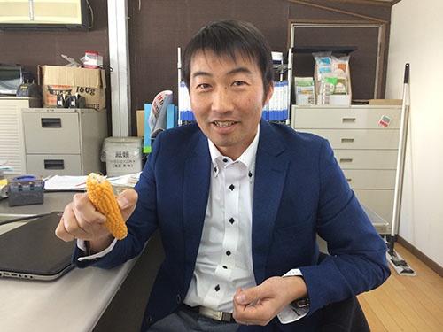ポップコーンの栽培が軌道に乗り、笑顔を見せる前田茂雄さん(北海道本別町)