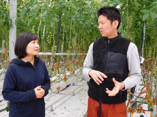 浅井氏と話す中国人研究者の呉婷婷氏。中国の大学で農業を学び、三重大の大学院に進んだ(津市の実験棟)