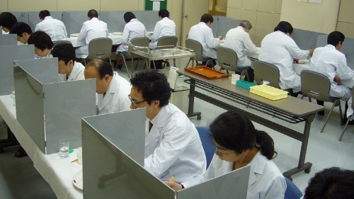 コメの食味試験の様子(写真は日本穀物検定協会提供)