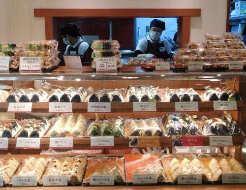 来店が集中する昼食時を待つ「おむすび権米衛」の店舗(東京都千代田区)