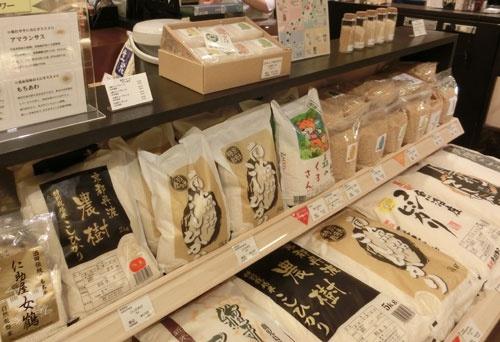 日本橋三越本店の越後ファームの売り場。同社をはじめ各地のブランド米が並ぶ(東京都中央区)