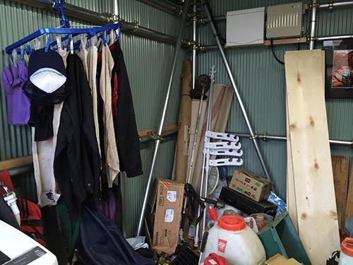 2月にできた作業小屋。くつろぎの空間でもある。(東京都八王子市)