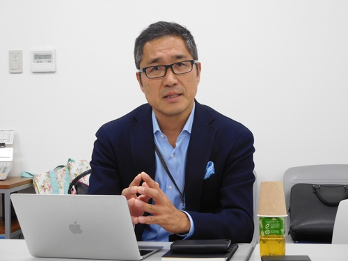 「露地栽培と同じ価格で売れるものをつくるのが次のミッション」と話すスプレッドの稲田信二社長