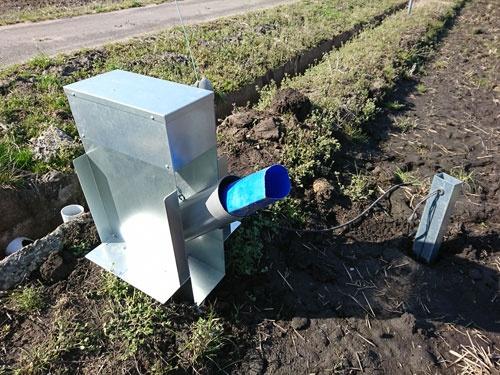 横田農場のあぜに設置した自動給水機(茨城県龍ケ崎市)