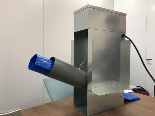 センサーの水門部分の機材。中央のパイプが自動制御で上下する(都内で開かれた説明会)