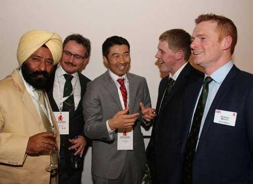 ナフィールドの会合で各国の農業関係者と談笑する前田茂雄さん(アイルランドのキャバン、Nuffield csc提供)