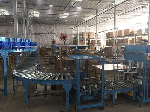 トマトの栽培施設の機器。配置の仕方などに工夫が凝らされている(山梨県北杜市)