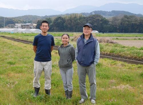 先輩「脱サラ農家」の岩城賞弘さん(写真右)は新規就農者をサポートする