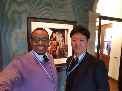 海外の農業者と交流する浅井雄一郎さん(オランダで開かれたナフィールド奨学生会議)
