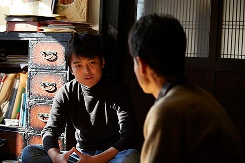 農家に取材する窪田氏。(写真提供:広告制作室ワーズ)